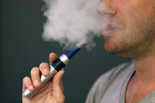 E-Cig users set to outnumber smokers by 2018, say experts